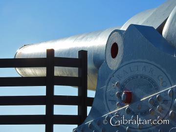 Primer plano lateral del cañón de 100 toneladas en Gibraltar