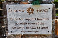 Placa de la Fundación Kusuma en el Parque de Conservación de la Vida Silvestre Alameda