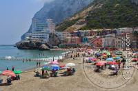 Bonita imagen de la playa y el pueblo de La Caleta en Gibraltar.