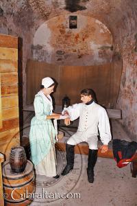 Enfermera prestando auxilio en la exposición de La Ciudad Bajo el Asedio