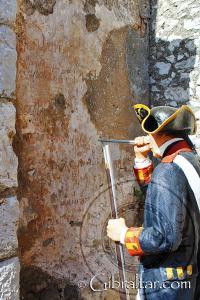Soldado grabando en los muros de la exposición de La Ciudad Bajo el Asedio