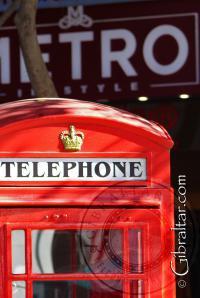 Cabina de teléfono en la Plaza Grand Casemates en Gibraltar