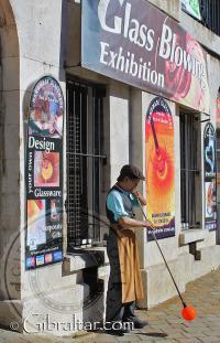 Exhibición de vidrio soplado en la Plaza Casemates de Gibraltar, por la tarde