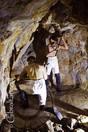 Representación de soldados excavando los Túneles del Gran Asedio