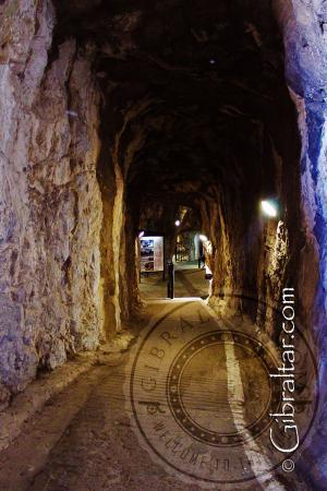 Bajando hacia la galería de St Georges Hall en los túneles del Gran Asedio