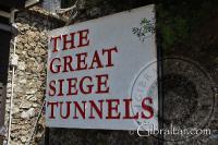 Rótulo de entrada a los Túneles del Gran Asedio