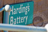 Placa de señalización de la Batería Harding en Punta Europa