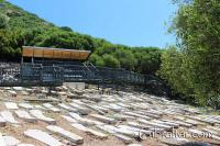 Un gran número de tumbas en el Cementerio de la Puerta de los Judíos, todas dispuestas horizontalmente de forma sefardí.