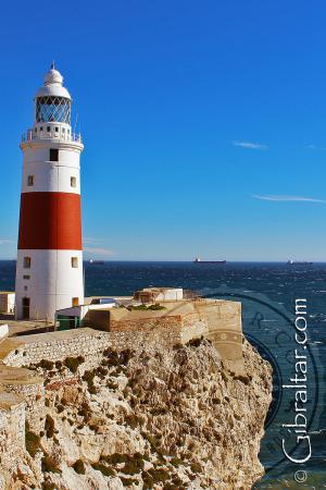El Faro de Trinidad sobre la roca en Punta Europa