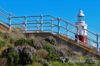 Imagen del Faro de Punta Europa, detrás de unas escaleras de acceso