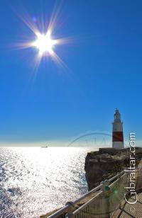 Faro de Trinidad de Punta Europa con el sol detrás