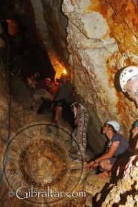 Escalada ascendente, saliendo de la Cueva Baja de San Miguel