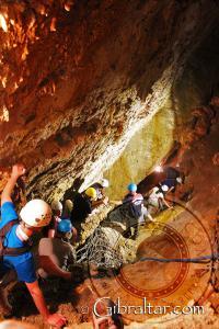 Descendiendo a Dove Chamber, Cueva Baja de San Miguel