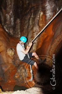 Descenso en cuerda, en la Cueva Baja de San Miguel