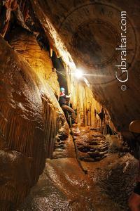 Saliendo de la Cámara de la Paloma, Cueva Baja de San Miguel