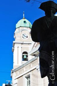 Monumento a los soldados y la Catedral a lo largo de la Calle Principal en Gibraltar