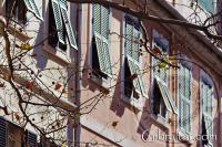 Ventanas superiores a lo largo de Main Street en Gibraltar