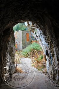 Edificios de la II Guerra Mundial, vistos a travès del túnel, en la Escalera del Mediterráneo