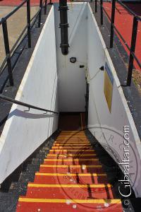 Escaleras a la sala de máquinas, bajo la Batería O'Hara