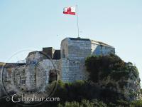 La bandera de Gibraltar ondeando en La Fortaleza de Parson