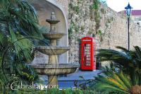 Fuente y cabina de teléfono en Southport Gates