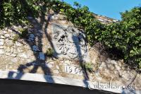 Puerta del Referéndum y Escudo de Armas