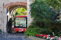 'La Nueva' Puerta de Southport y un autobús que pasa a través