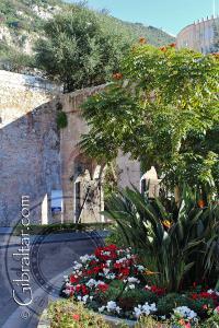 La puerta original y la nueva de Southport Gates en Gibraltar