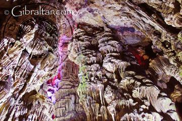 Columnas colosales dentro de la Cueva de San Miguel