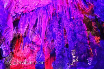 Maravillosa ilulminación en La Cueva de San Miguel