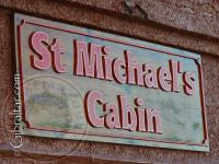 Cartel de bienvenida al St. Michael´s Cabin o cafetería.
