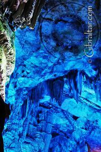 Lechos de piedra caliza en las paredes de la Cueva de San Miguel