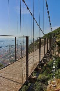Contemplando al norte, desde el Puente Colgante de Windsor y vista parcial del desfiladero de más de 50 metros de profundidad, Gibraltar