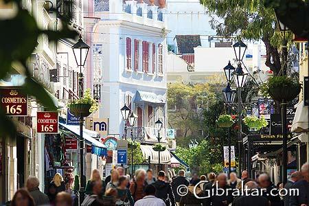 La calle principal de Gibraltar atrae a millones de visitantes cada año, conocida por sus artículos duty-free. Literalmente, con cientos de tiendas que recorrer, los visitantes cuentan con una amplia selección de productos, entre los que elegir. Ya sea visitar Gibraltar para disfrutar del sol, de algunas delicias inglesas o degustar de la buena cocina, la gran mayoría de ellos se dirigirán, sin lugar a dudas, a Main Street, el distrito o zona comercial, siendo uno de los mejores lugares, para comprar en relación calidad-precio, conocido en el Mediterráneo.