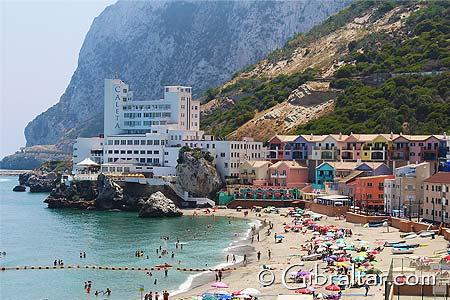 Catalan Bay, es la segunda de las playas más grandes del Peñón, situada en la costa oriental de Gibraltar entre Eastern y Sandy Beach y bañadas por el mediterráneo.A diferencia de las otras playas en este lado del Peñón, Catalan Bay data de una increíble historia desde el 1600.