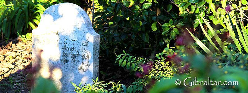 El Cementerio de Trafalgar en Gibraltar es uno de los lugares más conocidos como atracción turística de historia militar. Es aquí donde se encuentran enterrados muchos de los hombres que perdieron su vida en la Batalla de Trafalgar, aunque curiosamente de todos los que fallecieron durante la famosa batalla, solo hay unos pocos enterrados en el cementerio.