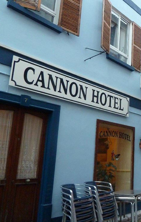 Cannon Hotel en Gibraltar es un pequeño hotel familiar situado en el mismo centro de Gibraltar. El Hotel fue reformado nuevamente, reabriendo sus puertas en junio de 1995, por el antiguo Primer Ministro de Gibraltar.Cannon Hotel consta con 18 habitaciones en un edificio de tres pisos con una historia documentada que se remonta al siglo XIX.