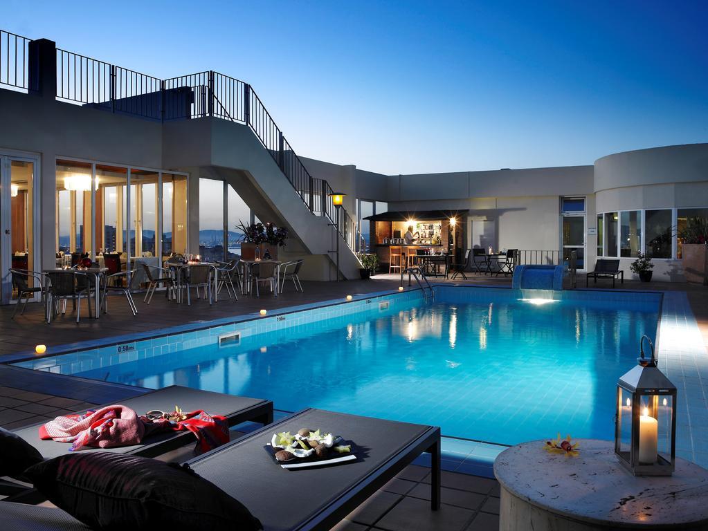 El Hotel Eliott en Gibraltar se inspira de su entorno mediterráneo. Unas tonalidades fuertes y cálidas y un diseño bien definido confieren a las habitaciones un aire contemporáneo, al mismo tiempo que las cómodas camas y los muebles las convierten en un acogedor refugio después de un día bajo el sol. Gran parte de las habitaciones disfrutan de unas vistas impresionantes sobre el Estrecho de Gibraltar.