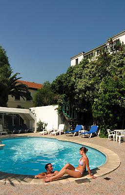 Confort, hospitalidad y un buen servicio en el corazón de la ciudad de Gibraltar. 60 habitaciones con baño en suite. Jardín sub-tropical con piscina y snackbar. Nuestros recepcionistas le harán sentirse como en casa, siempre dispuestos y encantados de atenderle.