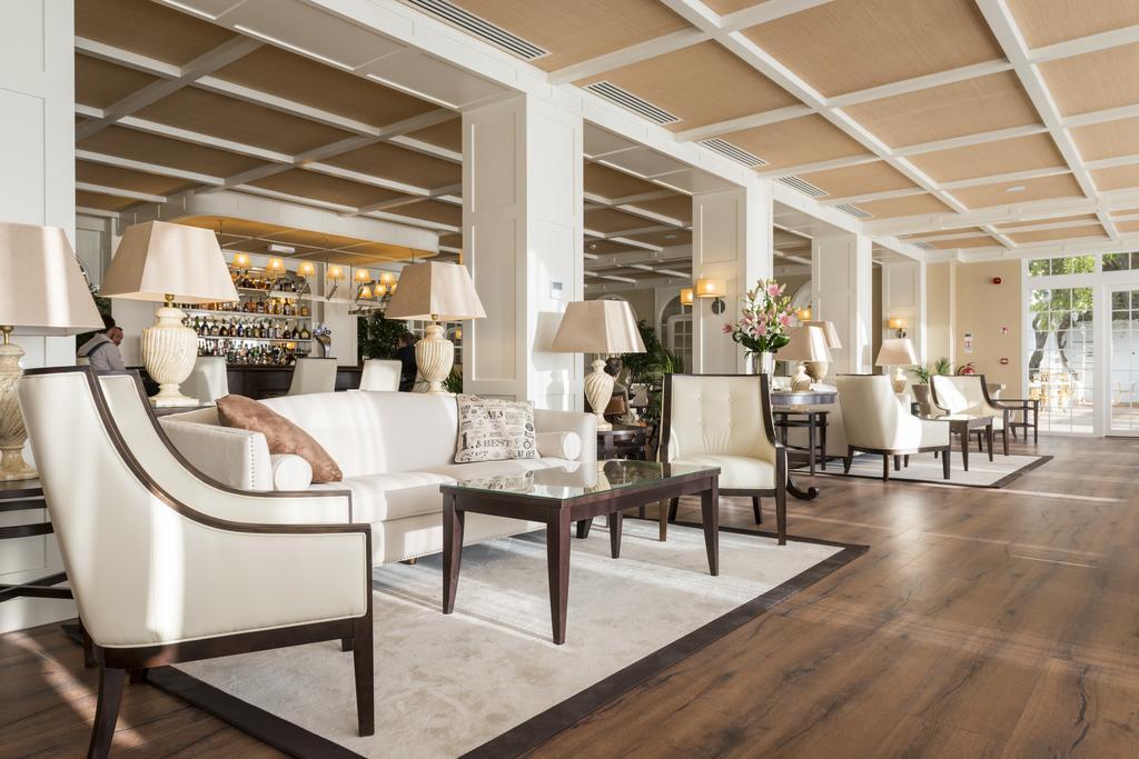 Desde 1932, el Rock Hotel en Gibraltar es el hotel de lujo más histórico y emblemático de Gibraltar. Tras una remodelación integral, ha realzado su herencia colonial y su estilo artístico decorativo y todas las comodidades contemporáneas con las que nuestros exigentes huéspedes esperan de la Roca: un ícono en hospitalidad y servicio excelente de primera clase.